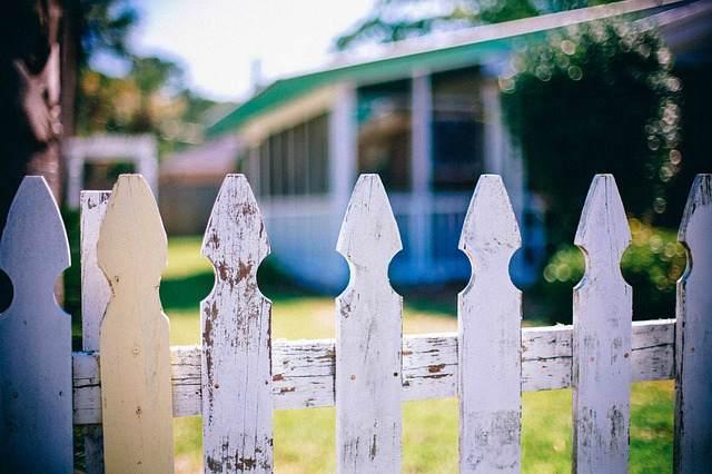 Высота забора между соседями по закону в 2020 году – обзор СП 53.13330.2019